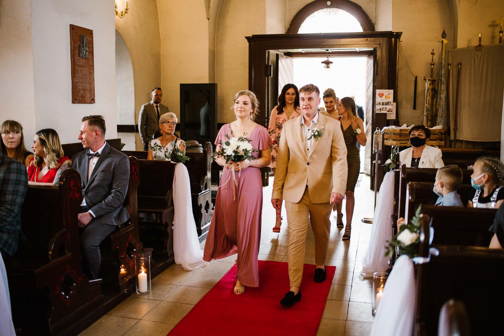 Świadkowie wchodzą do kościoła -  ślub w Stodole Bojanowo