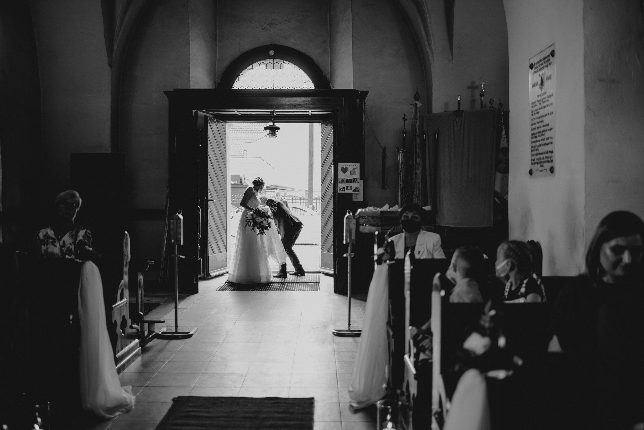 Panna młoda czeka, żeby podejść przed ołtarz -  ślub w Stodole Bojanowo