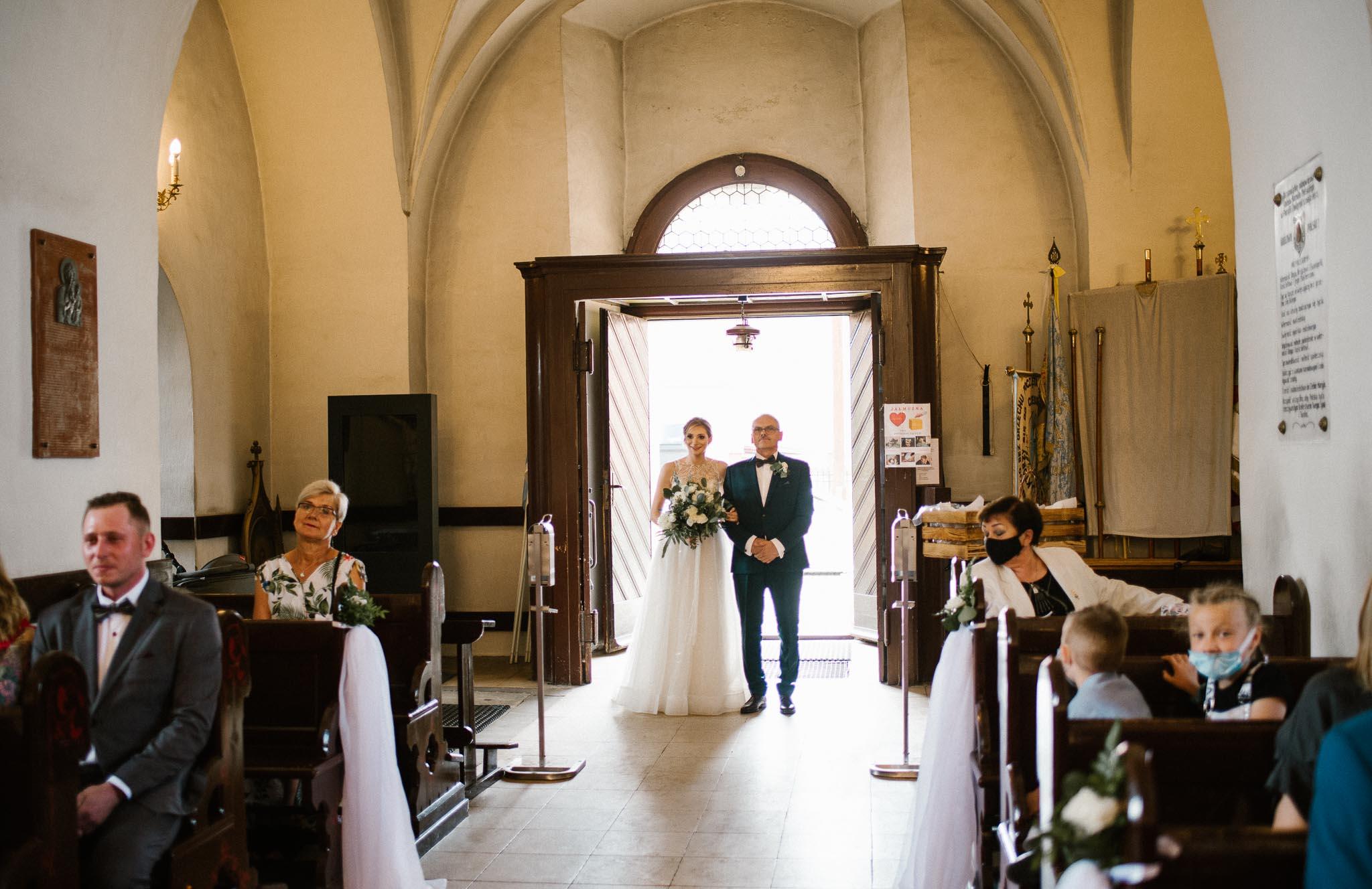 Ojciec prowadzi pannę młodą do ołtarza -  ślub w Stodole Bojanowo