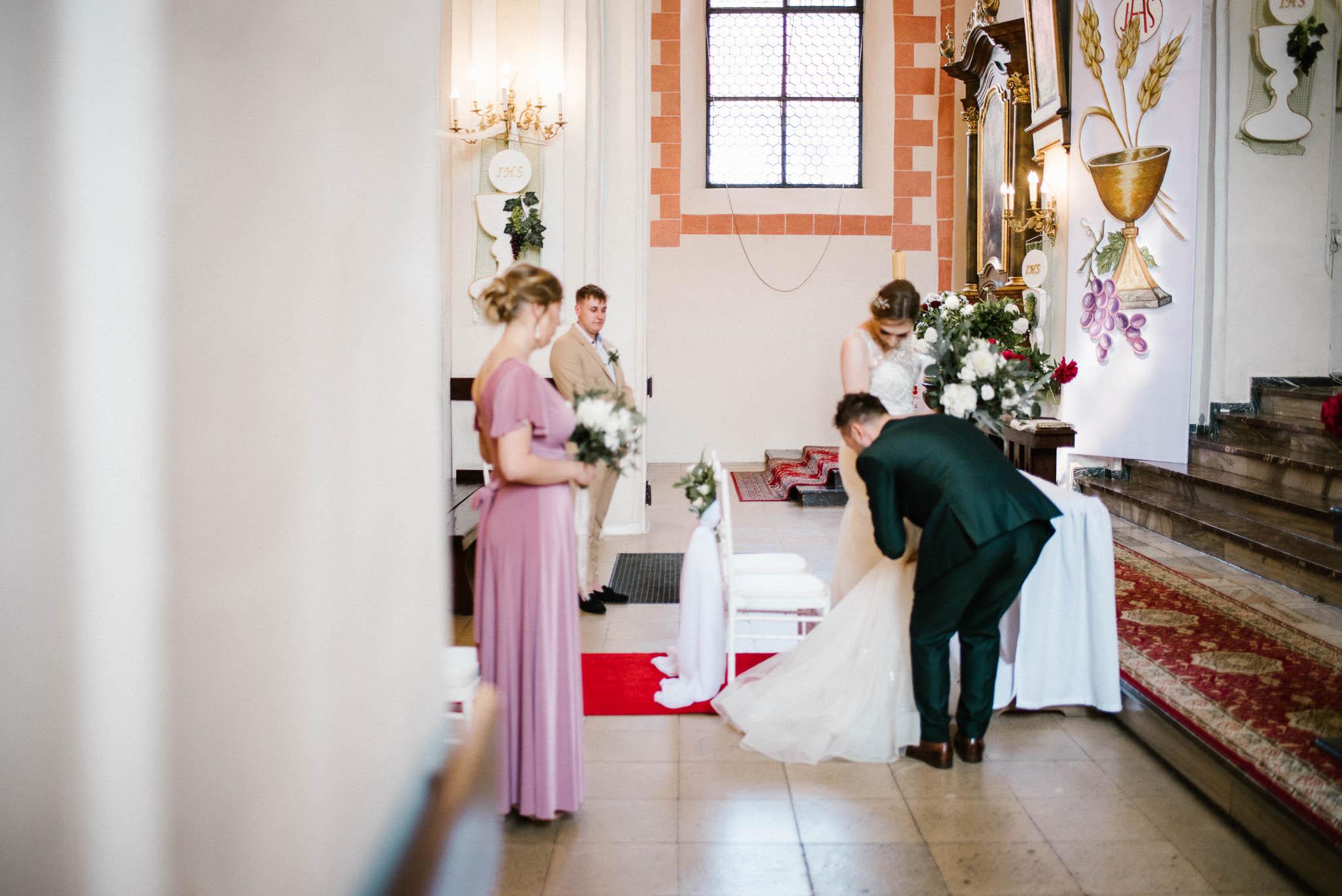 Para młoda przed ołtarzem -  ślub w Stodole Bojanowo
