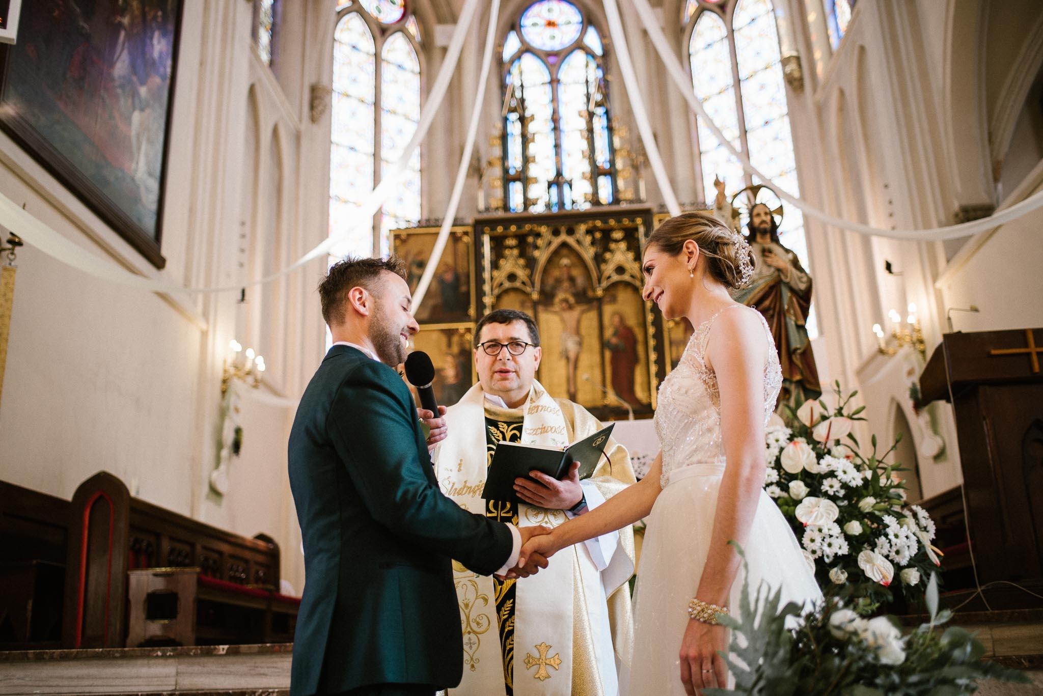 Pan młody składa przysięgę małżeńską -  ślub w Stodole Bojanowo