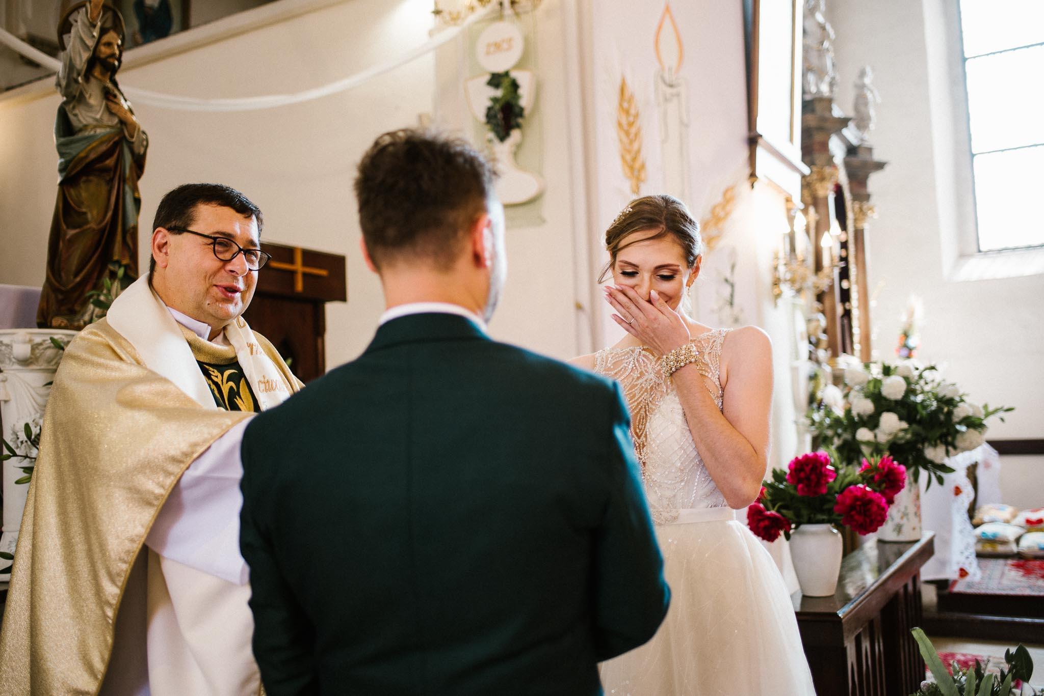 Panna młoda wzrusza się podczas przysięgi małżeńskiej -  ślub w Stodole Bojanowo