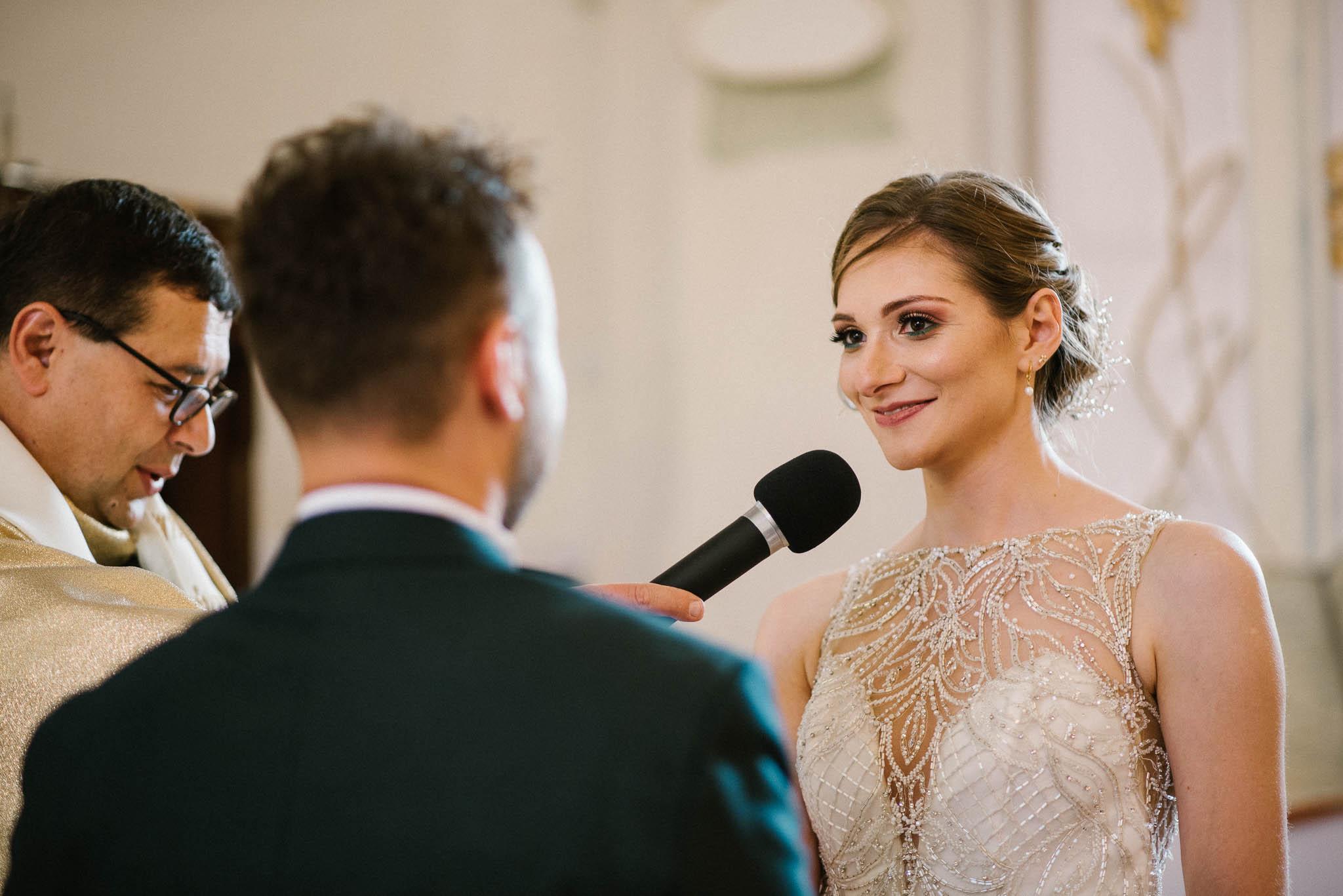 Panna młoda składa przysięgę małżeńską - ślub w Stodole Bojanowo
