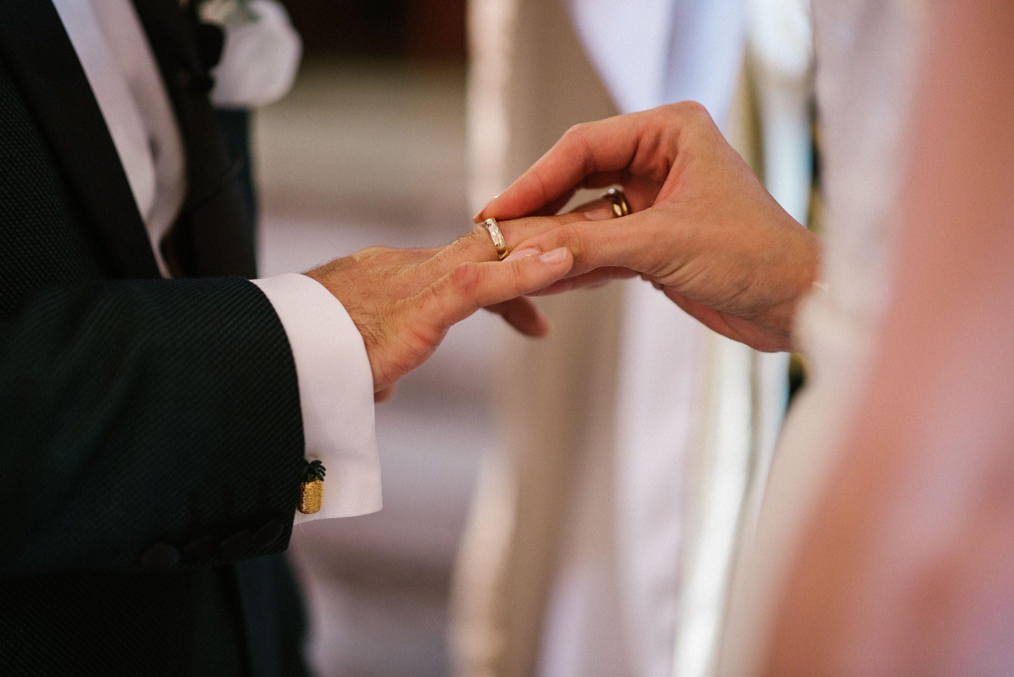 Żona zakłada mężowi obrączkę -  ślub w Stodole Bojanowo