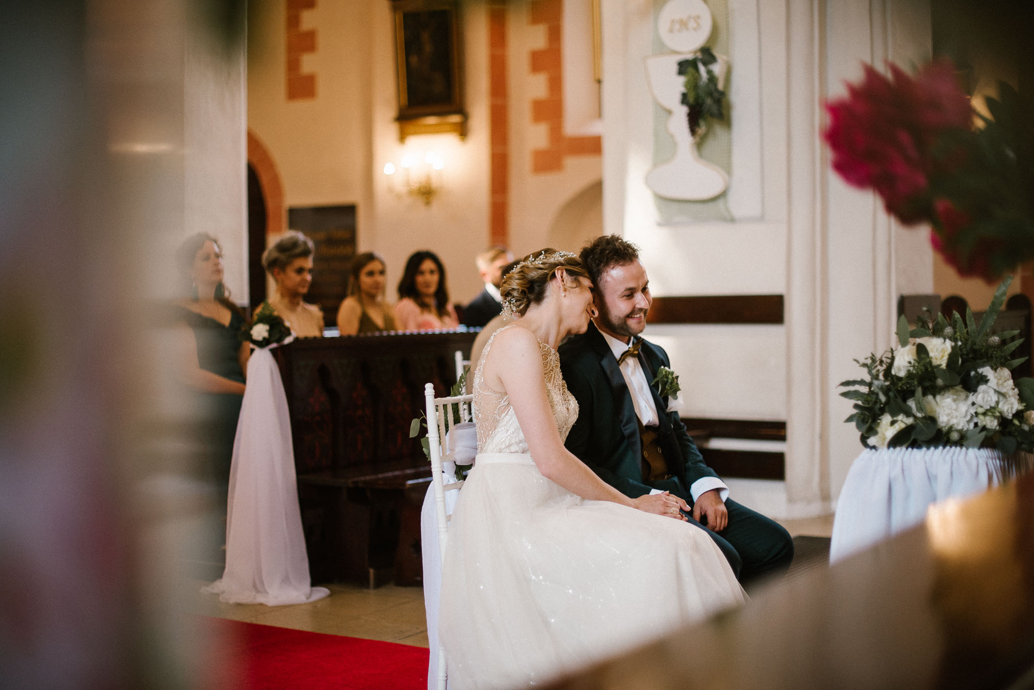 Żona przytula męża -  ślub w Stodole Bojanowo