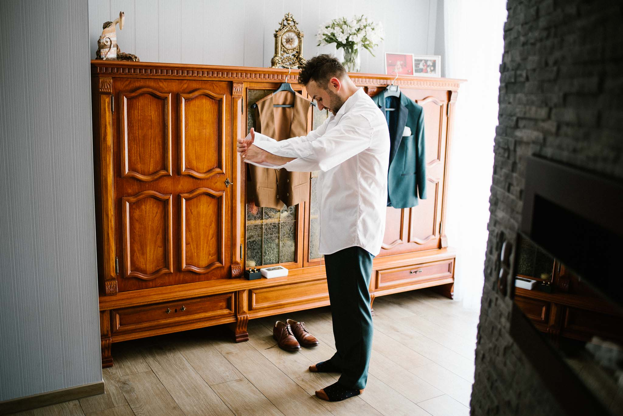 Pan młody ubiera się na wesele - ślub w Stodole Bojanowo