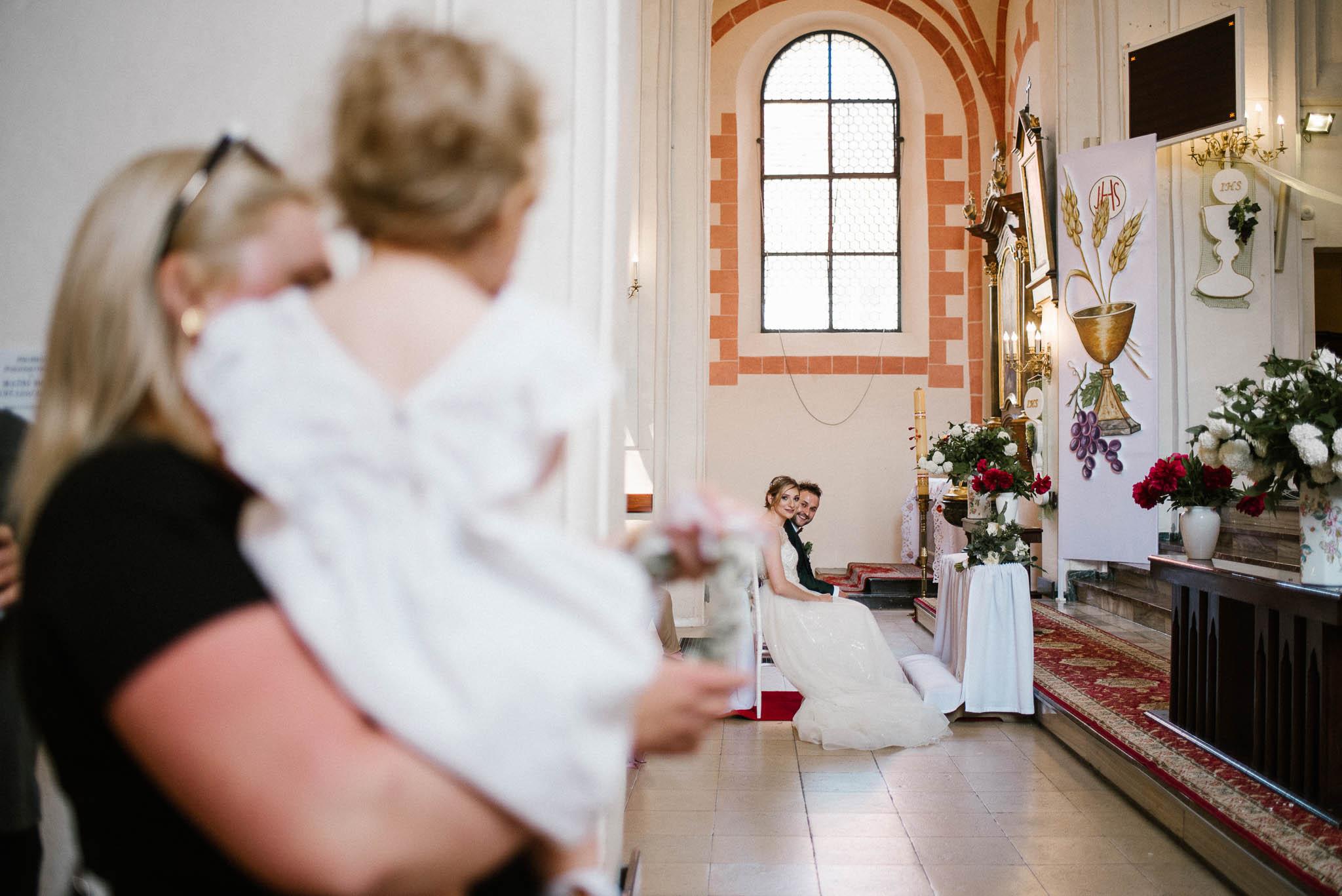 Córeczka patrzy na rodziców, którzy biorą ślub -  ślub w Stodole Bojanowo