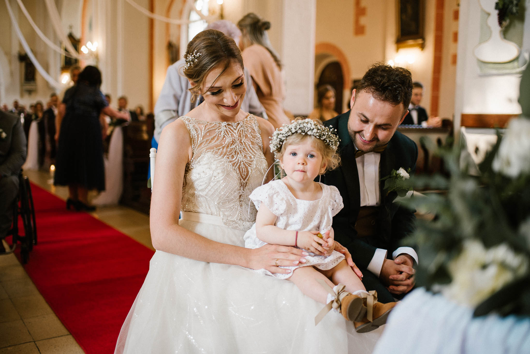 Córeczka na kolanach u panny młodej -  ślub w Stodole Bojanowo