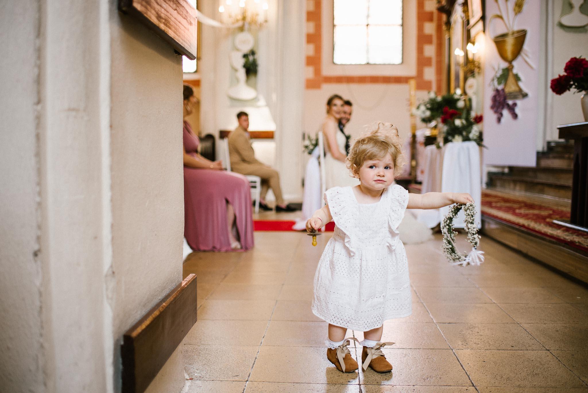 Dziewczynka spaceruje po kościele