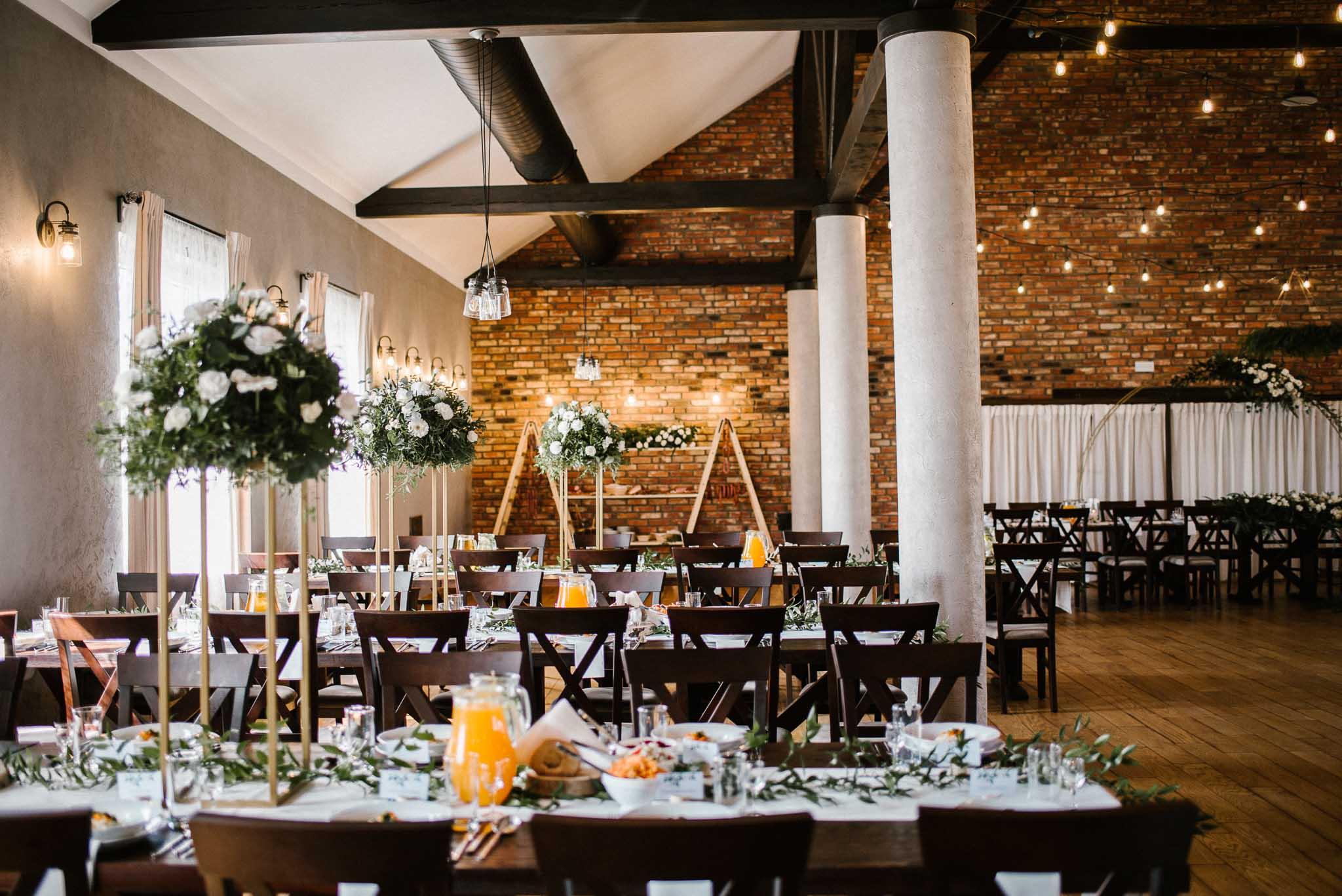 Udekorowane stole na weselu - ślub w Stodole Bojanowo