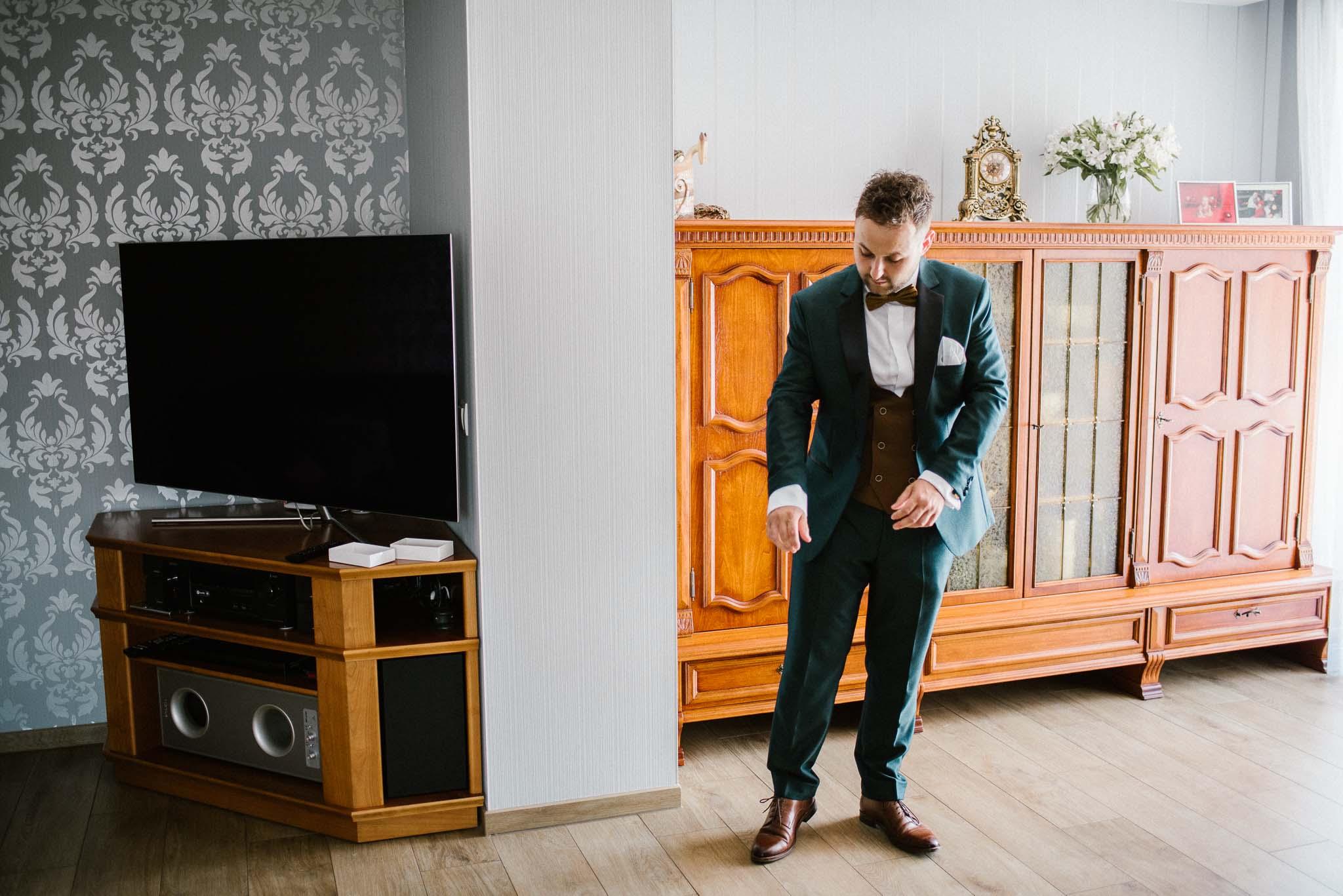 Pan młody gotowy do ślubu w garniturze - ślub w Stodole Bojanowo