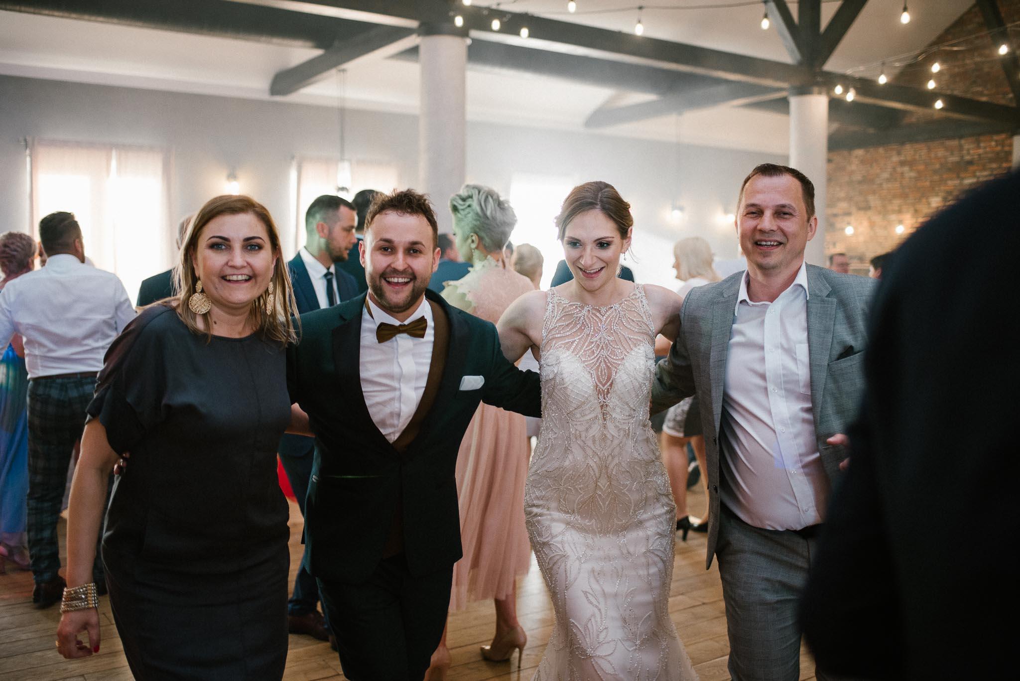 Para młoda tańczy na weselu - ślub w Stodole Bojanowo