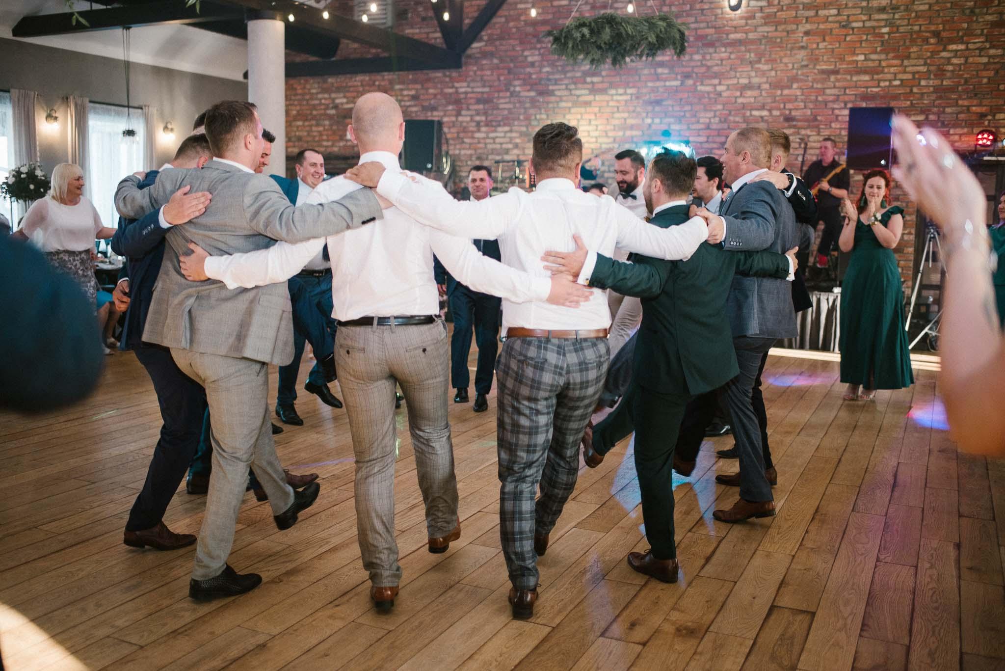 Panowie tańczą na weselu - ślub w Stodole Bojanowo