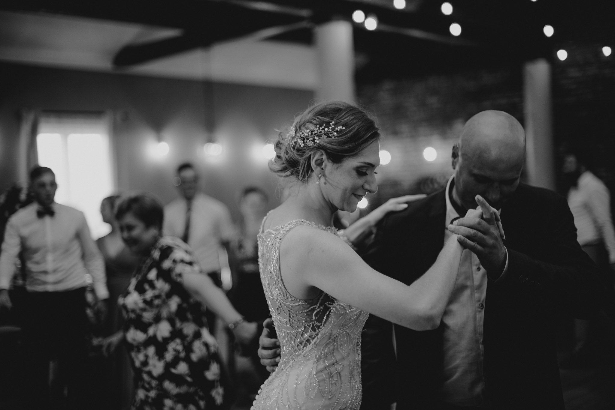 Panna młoda tańczy z gościem weselnym - ślub w Stodole Bojanowo