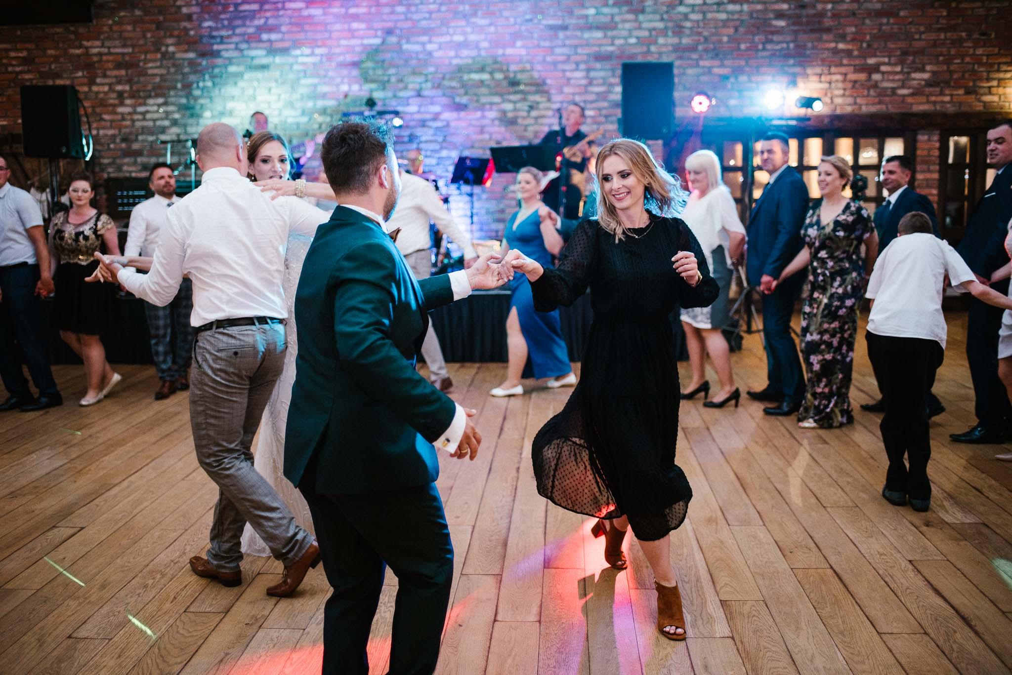 Pan młody tańczy na weselu -ślub w Stodole Bojanowo