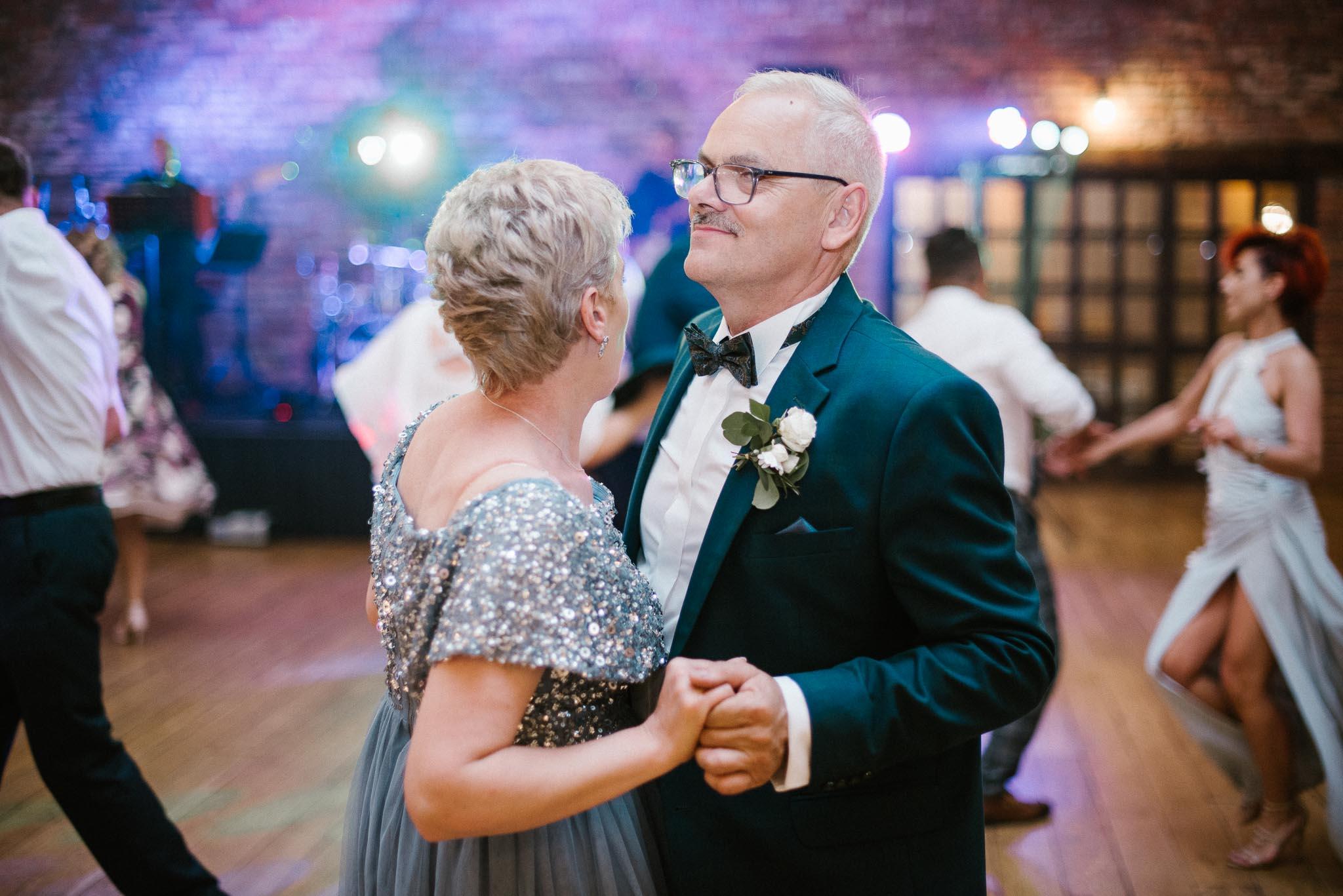 Goście tańczą na weselu - ślub w Stodole Bojanowo