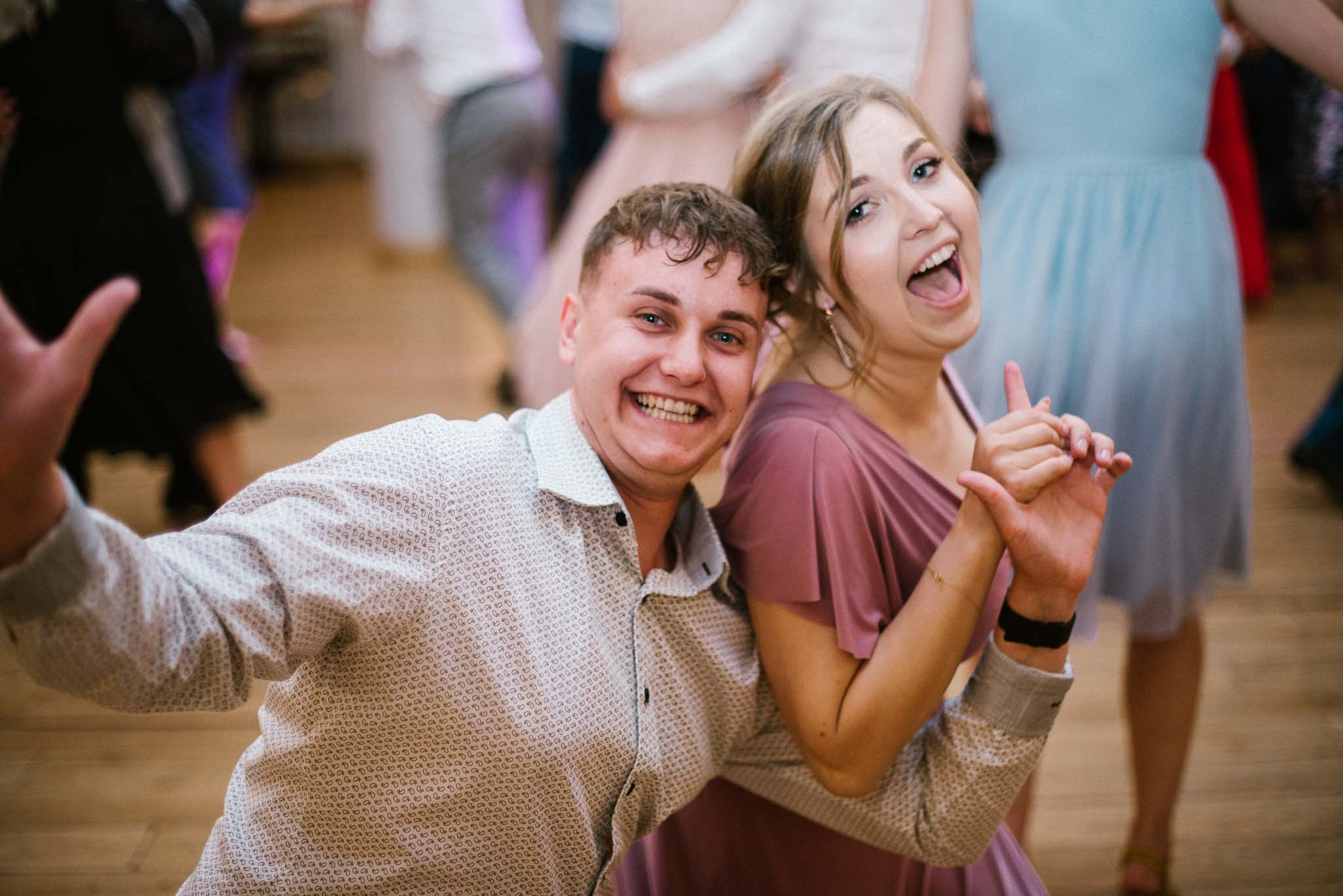 Świadkowie tańczą na weselu - ślub w Stodole Bojanowo
