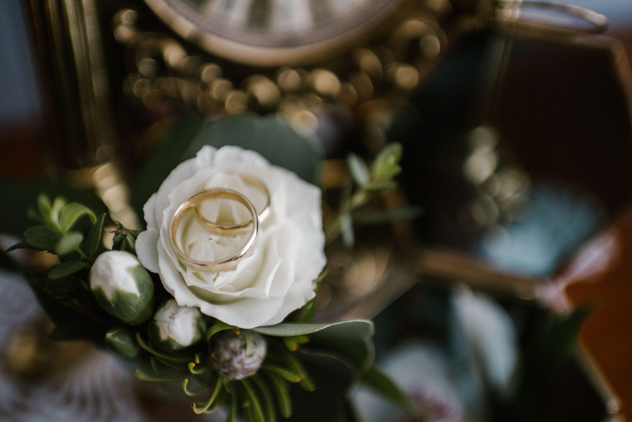 Obrączki ślubne na bukiecie ślubnym - ślub w Stodole Bojanowo