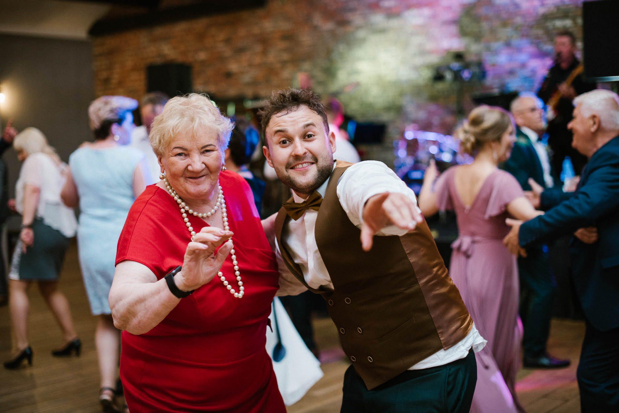 Pan młody z babcią na weselu -ślub w Stodole Bojanowo