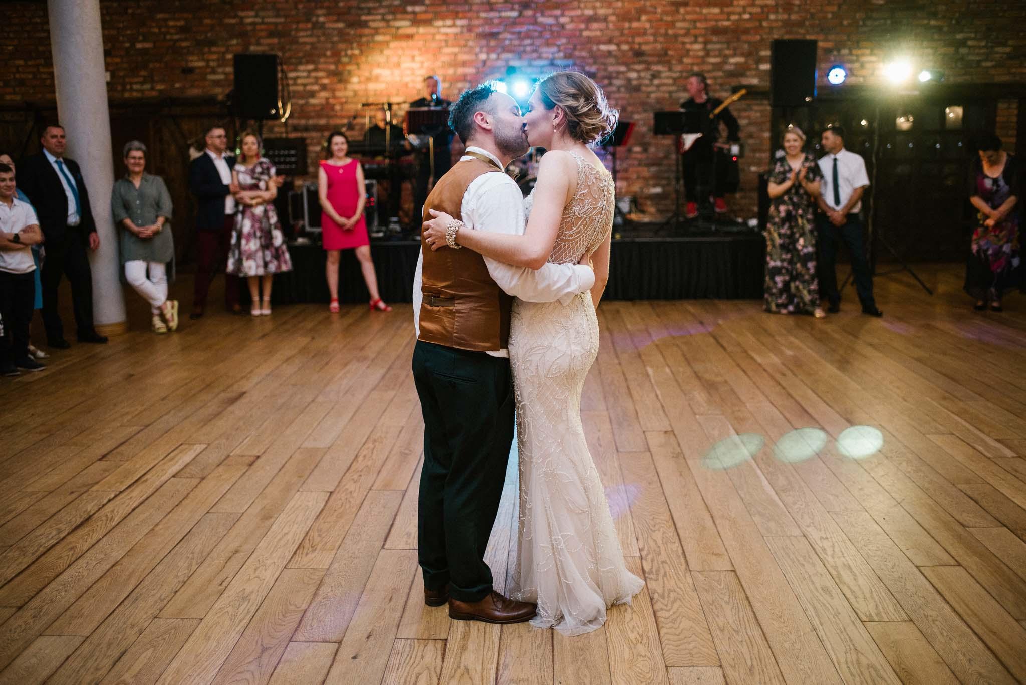 Para młoda stoi i całuje się na weselu - ślub w Stodole Bojanowo