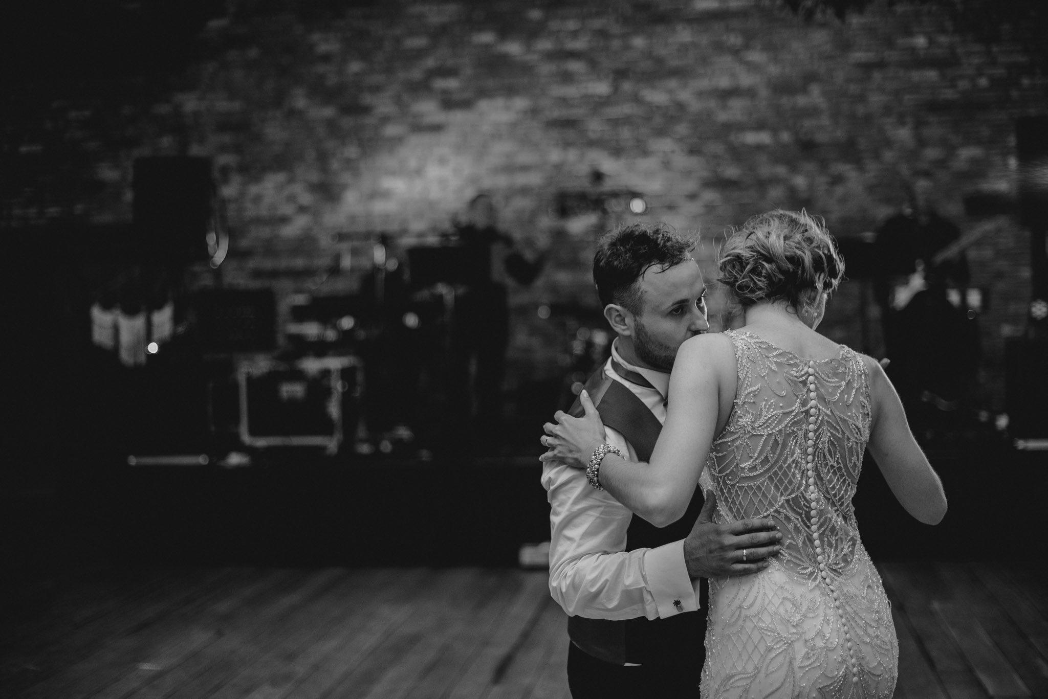 Państwo młodzi tańczą na weselu - ślub w Stodole Bojanowo