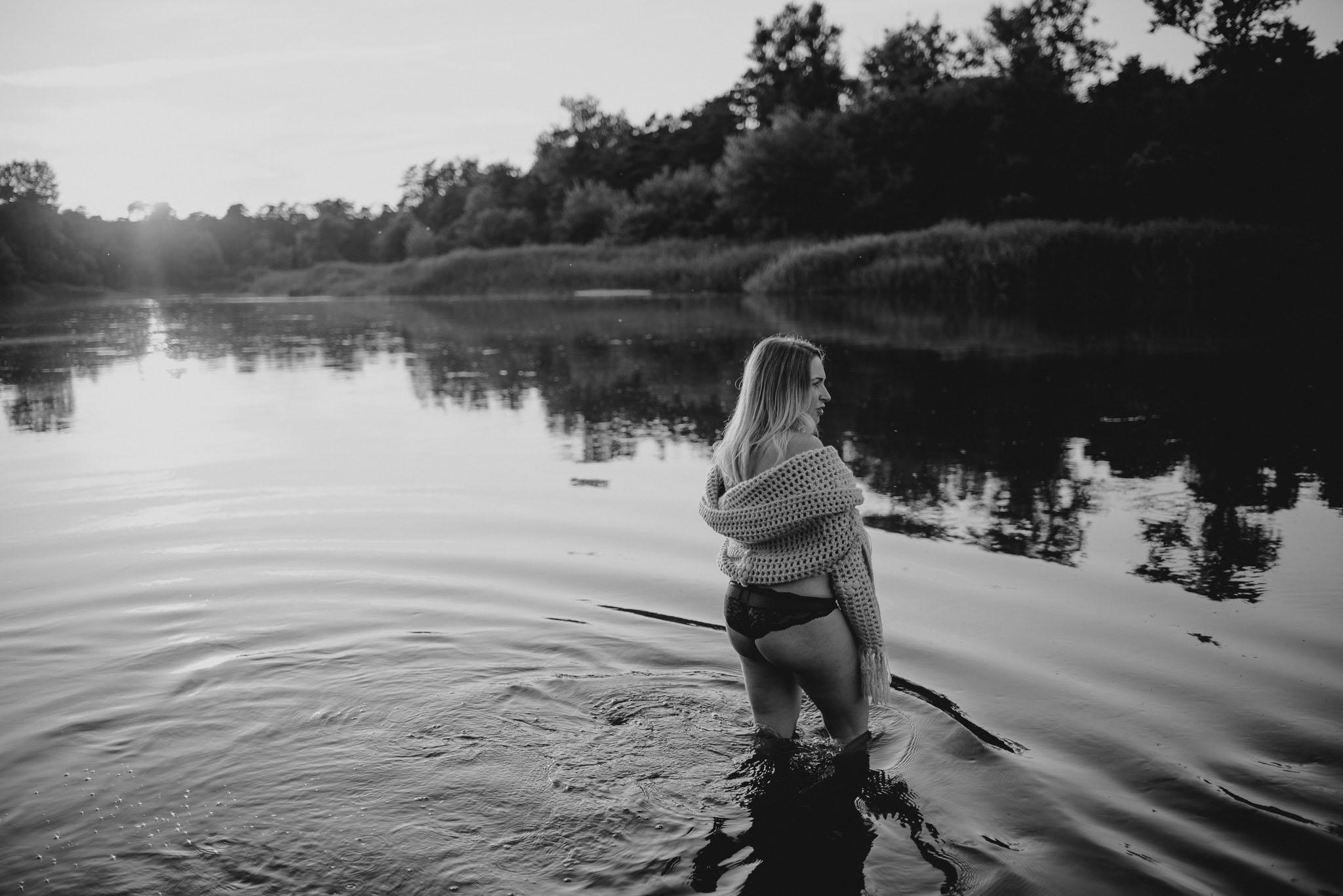 Kobieta w bieliźnie w ciąży w jeziorze - Sesja ciążowa w plenerze w wodzie Poznań